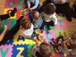 Bambini che giocano al nido