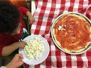 Bambini preparano la pizza all'asilo nido